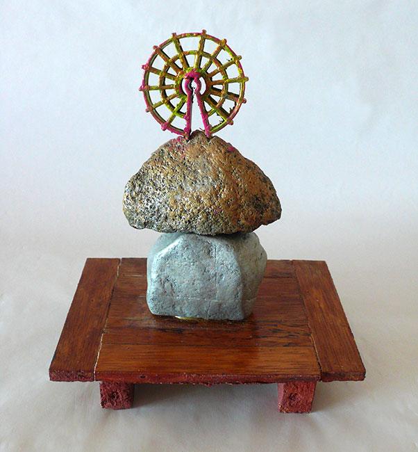 2006 - Sans titre - Peinture à l'eau sur bois - pierre - objet en matière plastique - 25x15x15 cm